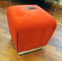 Sittepuff / krakk / pall fra ForaForm, modell Misto i rødt mikrifiberstoff,  43cm sittehøyde, design: Olav Eldøy, pent brukt