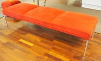 Sittebenk / loungemøbel i rødt mikrofiberstoff fra ForaForm, modell Senso, bredde 190cm, pent brukt