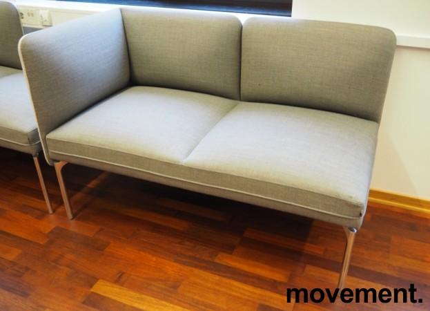2-seter sofa / lounge i grått stoff fra ForaForm, modell Senso, armlene venstre side, bredde 128cm, pent brukt bilde 1