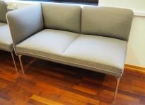 2-seter sofa / lounge i grått stoff fra ForaForm, modell Senso, armlene venstre side, bredde 128cm, pent brukt