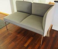 2-seter sofa / lounge i grått stoff fra ForaForm, modell Senso, armlene høyre side, bredde 128cm, pent brukt