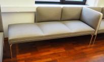 3-seter sofa / lounge i grått stoff fra ForaForm, modell Senso, armlene høyre side, bredde 192cm, pent brukt