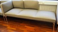 3-seter sofa / lounge i grått stoff fra ForaForm, modell Senso, armlene venstre side, bredde 192cm, pent brukt