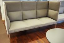 3-seter sofa / lounge i grått stoff fra ForaForm, modell Senso med høy rygg / alkovesofa, bredde 194cm, pent brukt