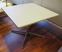 Lavt loungebord / kaffebord / stuebord fra Arper, mod Ginger, i lys grå PP/ polert aluminium, 70x70cm H=51cm, pent brukt