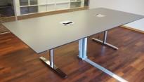 Møtebord / konferansebord i mørk grå / krom metall fra Svenheim, 260x120cm, passer 8-10 personer, kabelluke, pent brukt
