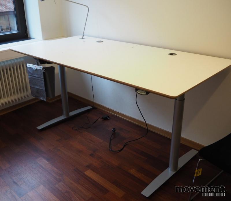 Skrivebord med elektrisk hevsenk fra Svenheim, 180x90cm, hvitt / grått, Luxo Ninety bordlampe, pent brukt bilde 1