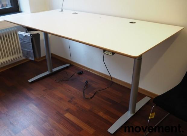 Skrivebord med elektrisk hevsenk fra Svenheim, 180x90cm, hvitt / grått, Luxo Ninety bordlampe, pent brukt bilde 2