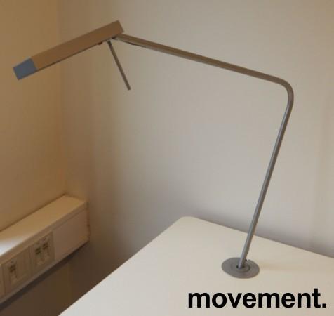 Skrivebord med elektrisk hevsenk fra Svenheim, 180x90cm, hvitt / grått, Luxo Ninety bordlampe, pent brukt bilde 3