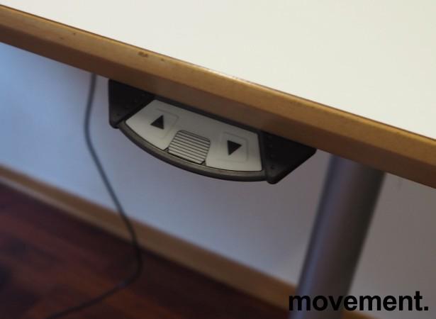 Skrivebord med elektrisk hevsenk fra Svenheim, 180x90cm, hvitt / grått, Luxo Ninety bordlampe, pent brukt bilde 4
