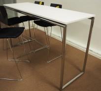 Ståbord / barbord fra FourDesign i hvitt / krom, 180x60cm, 103cm høyde, pent brukt