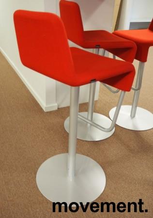 Barstol fra Materia i rødt/grålakkert metall, modell Turner, design: Sandin & Bülow, 79cm sittehøyde, pent brukt bilde 2