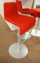 Barstol fra Materia i rødt/grålakkert metall, modell Turner, design: Sandin & Bülow, 79cm sittehøyde, pent brukt