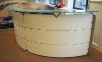 Resepsjon / kundemottak i hvitt / frostet glass, maxbredde 300cm, pent brukt