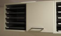 Posthylle / sorteringshylle i hvitt fra Trece med 5 rom og skapdør, bredde 64cm, høyde 37cm, for montering på vegg, pent brukt