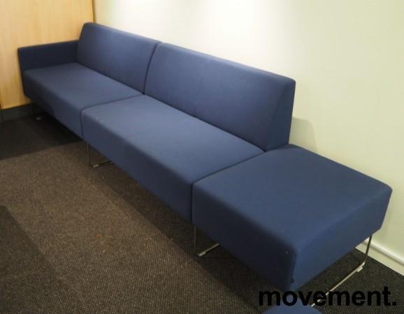 VAD Pivot 2+2-seter sofa + 1-seter puffmodul sofa i mørkt blått stoff, bredde 293cm, pent brukt bilde 2