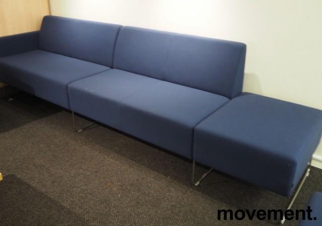 VAD Pivot 2+2-seter sofa + 1-seter puffmodul sofa i mørkt blått stoff, bredde 293cm, pent brukt bilde 1