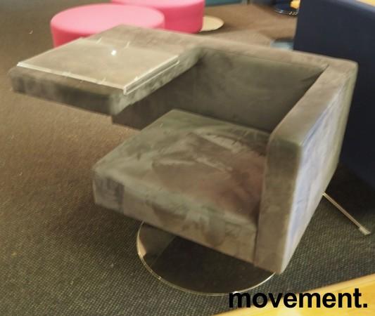Loungestol fra Offecct i grått mikrofiberstoff, modell Solitaire med bord, pent brukt bilde 2