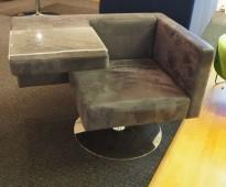 Loungestol fra Offecct i grått mikrofiberstoff, modell Solitaire med bord, pent brukt