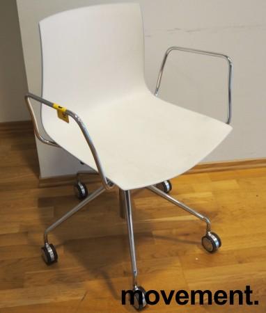 Arper Catifa 46 konferansestol på hjul, bakside i lys blågrå / forside i hvitt, understell og armlene i krom, pent brukt bilde 1