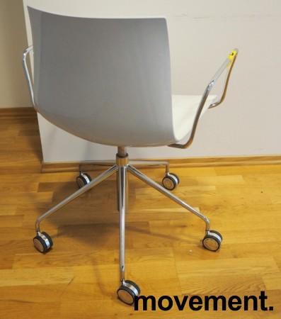 Arper Catifa 46 konferansestol på hjul, bakside i lys blågrå / forside i hvitt, understell og armlene i krom, pent brukt bilde 2