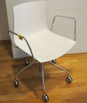 Arper Catifa 46 konferansestol på hjul, bakside i lys blågrå / forside i hvitt, understell og armlene i krom, pent brukt