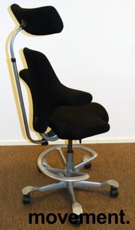 Ergonomisk kontorstol: Håg Capisco 8107 i sort, grå fotring / kryss, 69cm sittehøyde, nakkepute, pent brukt bilde 2