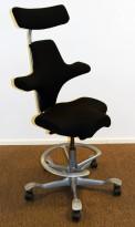 Ergonomisk kontorstol: Håg Capisco 8107 i sort, grå fotring / kryss, 69cm sittehøyde, nakkepute, pent brukt