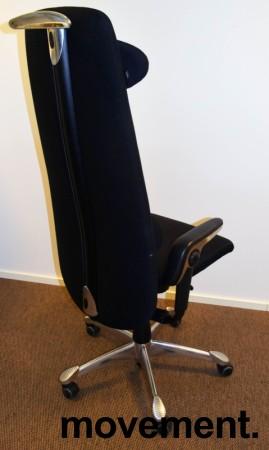 Direktørstol: HÅG H09 9130 i sort stoff, nedfellbart lene i sort skinn, krom kryss, jakkehenger, pent brukt bilde 2