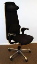 Direktørstol: HÅG H09 9130 i sort stoff, nedfellbart lene i sort skinn, krom kryss, jakkehenger, pent brukt