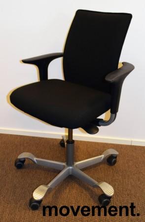 HÅG H05 5400 kontorstol i sort stoff, swingback-armlener i sort, fotkryss i grått, pent brukt bilde 1