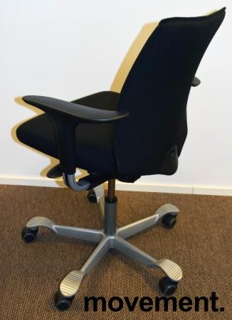 HÅG H05 5400 kontorstol i sort stoff, swingback-armlener i sort, fotkryss i grått, pent brukt bilde 2