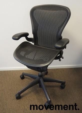 Kontorstol: Herman Miller Aeron i sort mesh, Størrelse Medium (2 prikker), pent brukt bilde 1