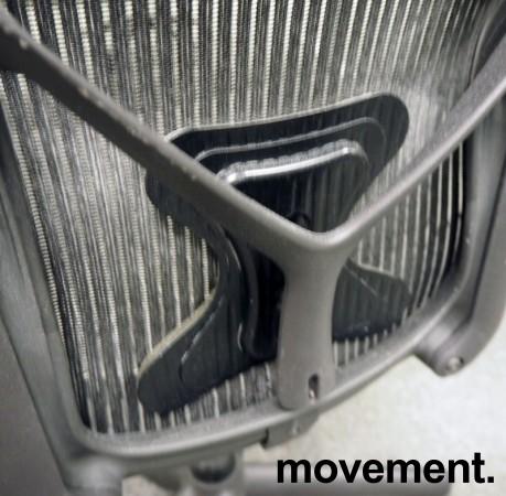 Kontorstol: Herman Miller Aeron i sort mesh, Størrelse Medium (2 prikker), korsryggstøtte, pent brukt bilde 3