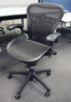 Kontorstol: Herman Miller Aeron i sort mesh, Størrelse Medium (2 prikker), korsryggstøtte, pent brukt