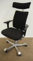 HÅG H05 5400 kontorstol i sort stoff, swingback-armlener i sort, fotkryss i sølv, Nakkepute, pent brukt