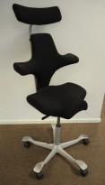 Ergonomisk kontorstol: Håg Capisco 8107 i sort, grått kryss, 69cm sittehøyde, nakkepute, pent brukt