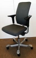 HÅG H05 5600 i grå / sortmønstret stoff, swingback armlene, fotkryss i grått, pent brukt