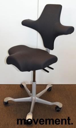 Ergonomisk kontorstol fra Håg: Capisco 8106, grått stoff / grått fotkryss, 69cm maxhøyde, pent brukt bilde 1