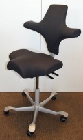 Ergonomisk kontorstol fra Håg: Capisco 8106, grått stoff / grått fotkryss, 69cm maxhøyde, pent brukt