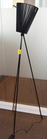 Oslo Wood fra Northern Lighting, Design: Ove Rogne, sort stativ, sort skjerm, pent brukt bilde 2
