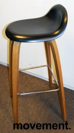 Barkrakk fra Gubi, sort sete, ben i eik, 78cm sittehøyde, Modell Gubi 3D-78, Komplot Design, pent brukt bilde 3