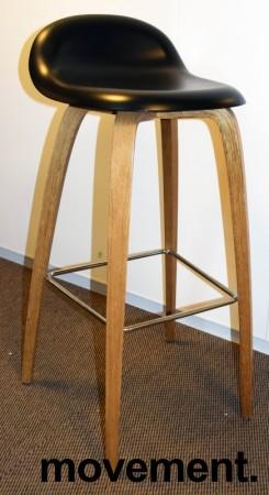 Barkrakk fra Gubi, sort sete, ben i eik, 78cm sittehøyde, Modell Gubi 3D-78, Komplot Design, pent brukt bilde 2