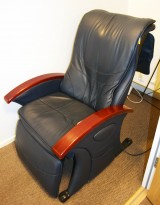 Massasjestol i sort kunstskinn, armlener i kirsebærtre, fra B-Well, pent brukt