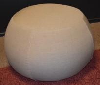Puff fra Arper i grått stoff (gråbeige), modell Pix 67, Ø=67cm, pent brukt