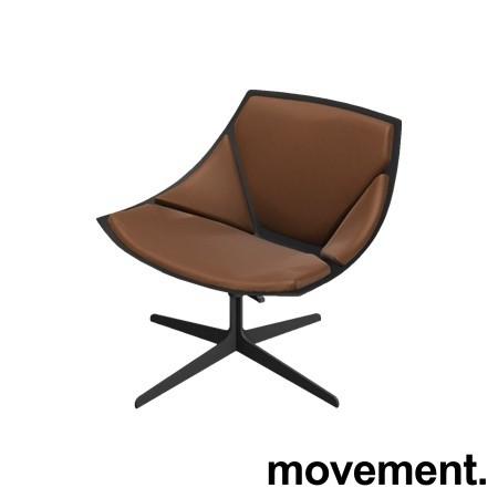 Loungestol fra Fritz Hansen, modell Space JL10, brunt skinn / sort base, design: Jehs&Laub, pent brukt bilde 1