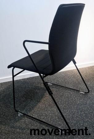 Stablebar konferansestol i sort, sortlakkerte meier, Z-armlene, modell LINE Stack, NY/UBRUKT bilde 4
