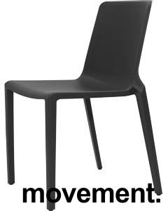 Lekker stablestol i sort polypropylen/glassfiber, kan brukes utendørs, modell Plaza, NY/UBRUKT bilde 1