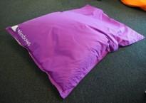 Saccosekk / loungemøbel i lilla stoff med reklame, pent brukt