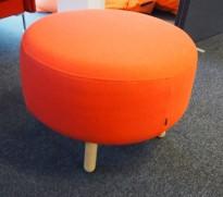 Puff i rødt ullstoff / bjerk fra Bolia.com, modell Vita, Ø=60cm, høyde 43cm, pent brukt